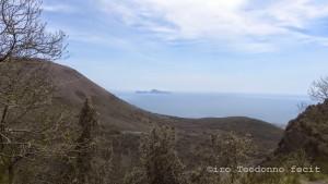 Sullo sfondo Capri, a sinistra il Vesuvio