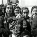 Cercola, 22 marzo, gli sfollati in attesa della distribuzione dei viveri.