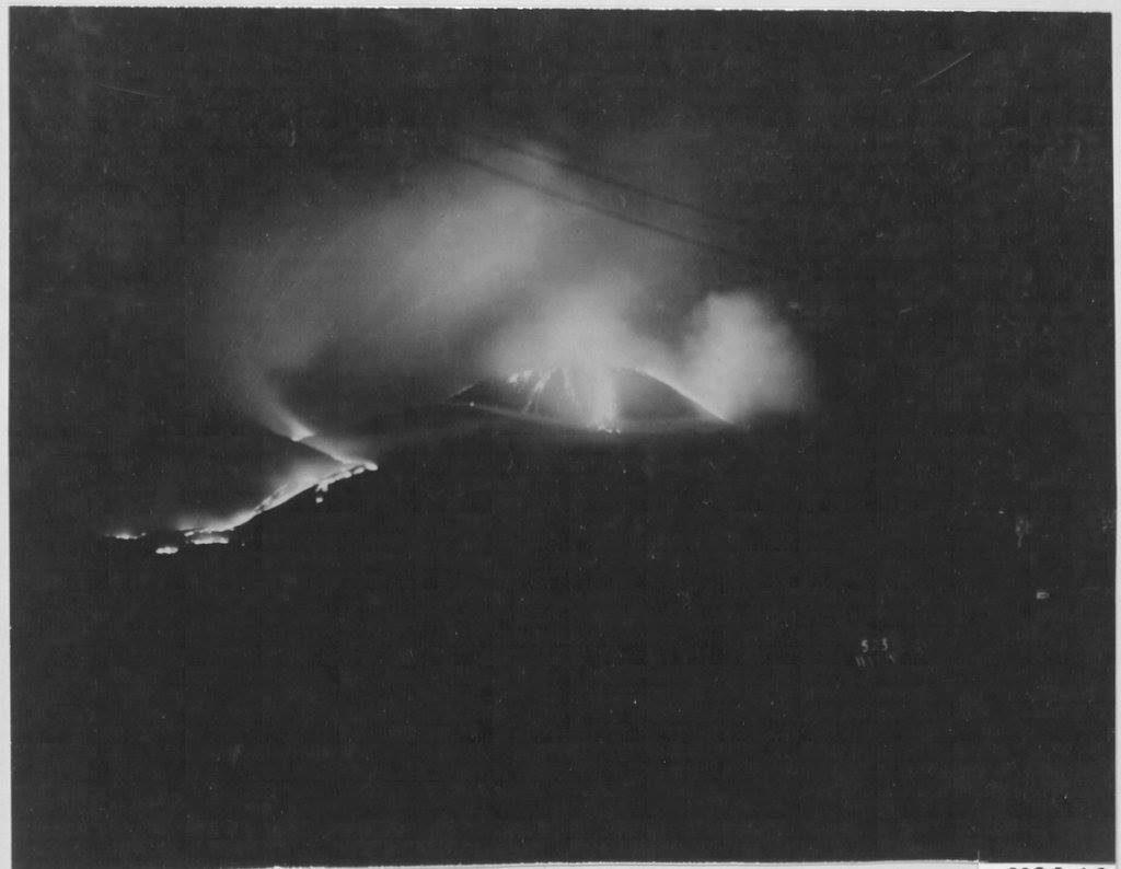 L'eruzione in una foto notturna dal versante di San Sebastiano.