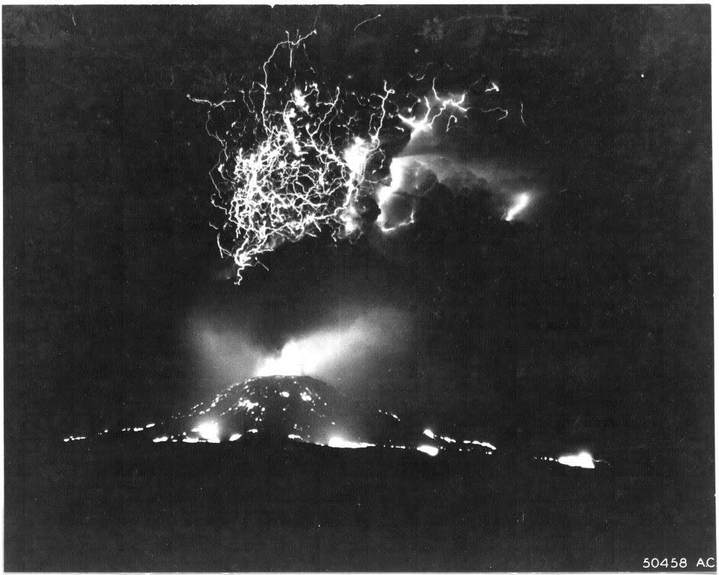 22 marzo, un'altra foto notturna dove si evidenzia, oltre la colata lavica, anche il gioco di luci delle scariche elettriche provocate dalla frizione delle particelle di cenere in movimento.