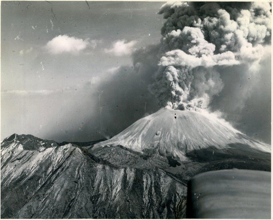 1944, il Vesuvio in eruzione dal versante occidentale.