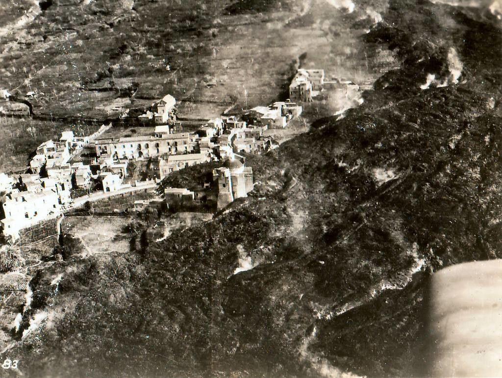 Foto aerea si San Sebastiano invasa dalla lava.